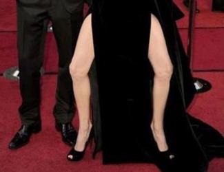 Angelina Jolie: ein Bein bewegt die Welt